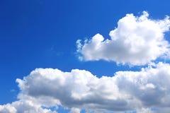 Hintergrund des blauen Himmels mit weißen Wolken Wolken mit blauem Himmel Bewölkt Hintergrund Himmeldruck Wolkendruck Stockfotografie