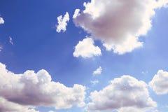 Hintergrund des blauen Himmels mit weißen Wolken Wolken mit blauem Himmel Bewölkt Hintergrund Himmeldruck Wolkendruck Stockfoto
