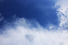 Hintergrund des blauen Himmels mit weißen Wolken Wolken mit blauem Himmel Bewölkt Hintergrund Himmeldruck Wolkendruck Lizenzfreie Stockbilder