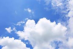 Hintergrund des blauen Himmels mit weißen Wolken Wolken mit blauem Himmel Bewölkt Hintergrund Himmeldruck Wolkendruck Lizenzfreies Stockfoto