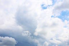 Hintergrund des blauen Himmels mit weißen Wolken Wolken mit blauem Himmel Bewölkt Hintergrund Himmeldruck Wolkendruck Lizenzfreies Stockbild