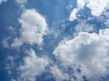 Hintergrund des blauen Himmels mit weißer Farbgruppe der Wolke Stockfotos