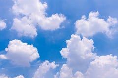 Hintergrund des blauen Himmels mit Wolken Lizenzfreies Stockfoto