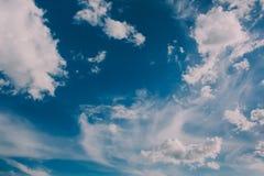 Hintergrund des blauen Himmels mit Wolken Lizenzfreie Stockfotos