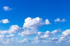 Hintergrund des blauen Himmels mit Wolken Himmel mit Wolken Stockbilder