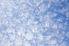 Hintergrund des blauen Himmels und der Kumuluswolken lizenzfreie stockbilder