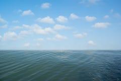 Hintergrund des blauen Himmels und der Meere Lizenzfreie Stockfotos