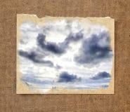 Hintergrund des blauen Himmels und der Sonne unter dunklen Wolken im passepar Lizenzfreie Stockbilder