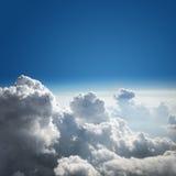 Hintergrund des blauen Himmels und der Wolke Stockbild