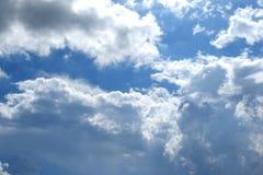 Hintergrund des blauen Himmels und der Wolken stockfotografie