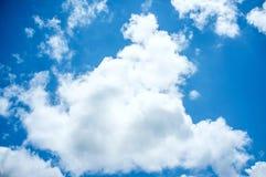 Hintergrund des blauen Himmels und der Wolken Lizenzfreie Stockfotos