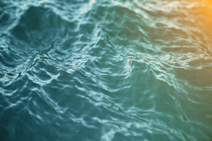 Hintergrund des blauen Wassers mit Kräuselungen, Meer, niedrige Winkelsicht des Meereswogen Nahaufnahme-Naturhintergrund Weichzei stock abbildung