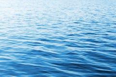 Hintergrund des blauen Wassers mit weichen Wellen Stockfotografie
