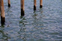 Wasseroberflächenhintergrund mit fünf Pfosten Stockfotos