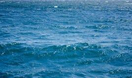 Hintergrund des blauen Wassers, Wellenbeschaffenheit Lizenzfreies Stockfoto