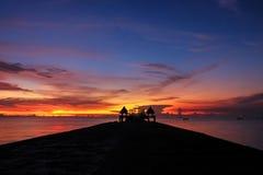 Hintergrund des bunten Himmelkonzeptes: Drastischer Sonnenuntergang mit twilig stockfoto