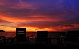 Hintergrund des bunten Himmelkonzeptes: Drastischer Sonnenuntergang mit twilig stockbild