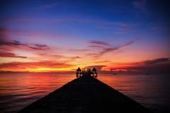 Hintergrund des bunten Himmelkonzeptes: Drastischer Sonnenuntergang mit twilig stockfotos