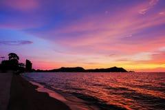 Hintergrund des bunten Himmelkonzeptes: Drastischer Sonnenuntergang mit twilig stockfotografie