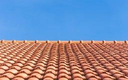 Hintergrund des Dachs der roten Fliesen und des blauen Himmels lizenzfreies stockfoto