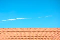 Hintergrund des Dachs und des blauen Himmels. Stockfotos