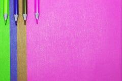 Hintergrund des farbigen Papiers und der farbigen Bleistifte Lizenzfreie Stockbilder