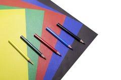 Hintergrund des farbigen Papiers und der farbigen Bleistifte Stockfotografie