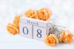 Hintergrund des Feiertags am 8. März mit Blumen und Kalender Stockfotografie