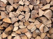 Hintergrund des gehackten Brennholzes Stockfotos