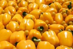 Hintergrund des gelben der grünen Pfeffers und Tomaten Lizenzfreie Stockfotografie