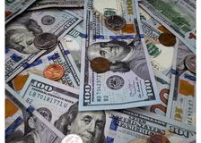 Hintergrund des Geldes $100 und der Münzen stockbild
