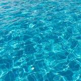 Hintergrund des geplätscherten Musters des Trinkwassers in einer blauen Schwimmen Stockfotos