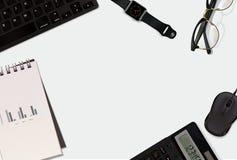 Hintergrund des Geschäfts 3D mit Mäuse-, Glas-, Uhr-, keybord-, Taschenrechner-, Notizblock- und Raumplatz Stockbild