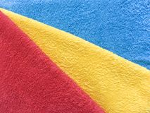 Hintergrund des Gewebes, Frotteestoffe Rot, blau, gelb, diagonal Lizenzfreie Stockfotografie
