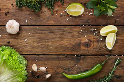 Hintergrund des grünen Lebensmittels, rustikales Holz mit copyspace Stockfoto