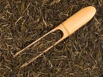 Hintergrund des grünen Tees mit Bambusschaufel stockfotografie