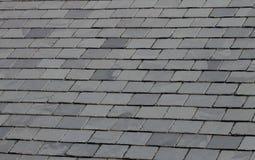 Schiefer deckte Dach mit Ziegeln Stockbild