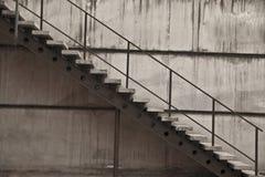 Hintergrund des grauen Treppenhauses auf der Seite eines Gebäudes Stockfotografie