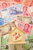 Hintergrund des hölzernen Hauses und des Geldes Lizenzfreies Stockfoto