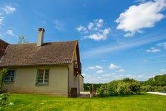 Hintergrund des Himmels und des Grases und des Hauses Lizenzfreie Stockfotografie