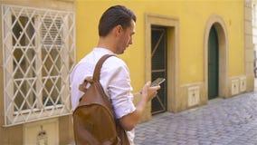 Hintergrund des jungen Mannes das alte europäische Stadtnehmen selfie stock footage