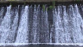 Hintergrund des künstlichen Wasserfalls im Fluss Aude stock video
