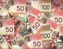 Hintergrund des Kanadiers fünfzig und hundert Dollarscheine Stockbild