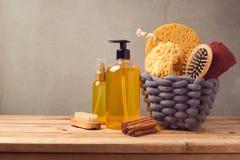 Hintergrund des kosmetischen BADEKURORTES und der persönlichen Hygiene mit Produkten auf Holztisch Lizenzfreies Stockfoto