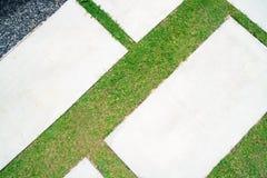 Hintergrund des leeren konkreten Schreibtisches und des grünen Grases Leerstelle für Text und Bilder Lizenzfreie Stockbilder