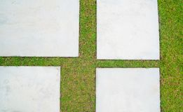 Hintergrund des leeren konkreten Schreibtisches und des grünen Grases Leerstelle für Text und Bilder Stockbild