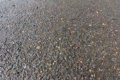 Hintergrund des nassen grauen Asphalts für Beschaffenheit Lizenzfreie Stockfotografie