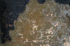 Hintergrund des Naturzementgipses auf der grauen Ebene der Wand gemasert mit Sprüngen und Ziegelstein in der oberen rechten Ecke Lizenzfreie Stockfotos
