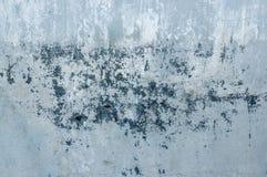 Hintergrund des Naturzementgipses auf der grauen Ebene der Wand gemasert mit Sprüngen und Ziegelstein in der oberen rechten Ecke Lizenzfreies Stockfoto