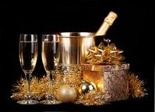 Hintergrund des neuen Jahres feier Champagne und Geschenke über Schwarzem Stockfotografie